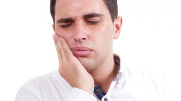 بررسی علل حساس شدن دندان و راهکارهای درمانی